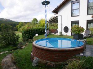 128 Ferienhaus Pool Garten Maibaum